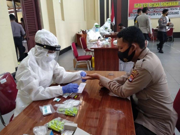 Petugas Pengamanan TPS Dirapid Test