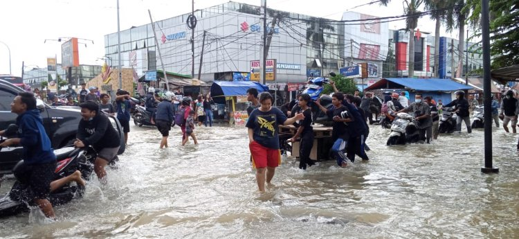 Jalan Penghubung Pasar Kemis - Jati Uwung KM 3,5 Tergenang Banjir