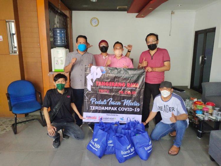 Tangerang Raya Media Group Berbagi Paket Sembako ke FJT