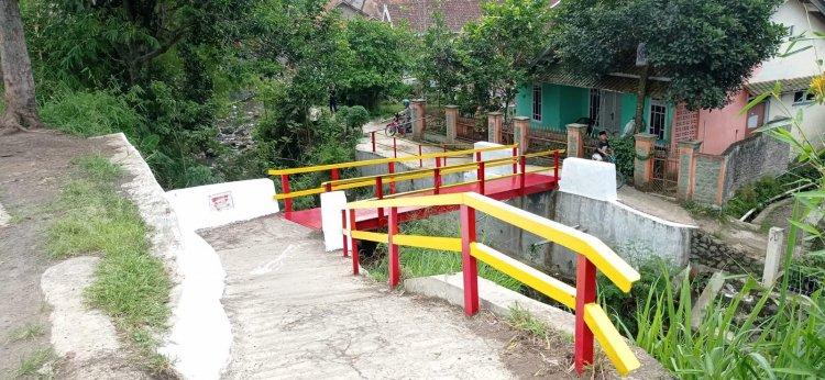 Relawan Lakukan Peremajaan 20 Jembatan Alfamart di Pedesaan.
