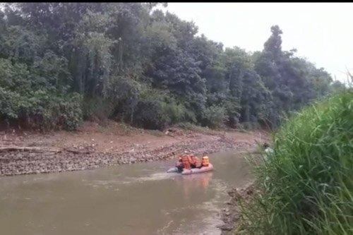 Tim SAR Cari Warga Cebur ke Sungai Saat Penggerebekan