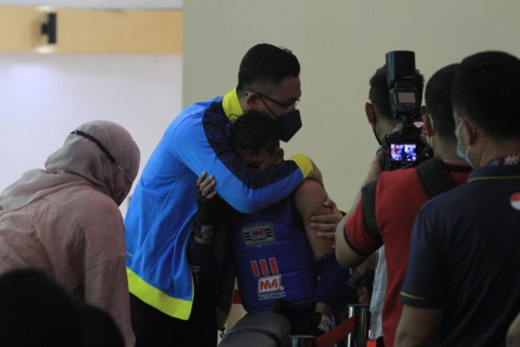 Lolos Ke Final, Atlet Muay Thai Banten Menangis Dipeluk Wagub