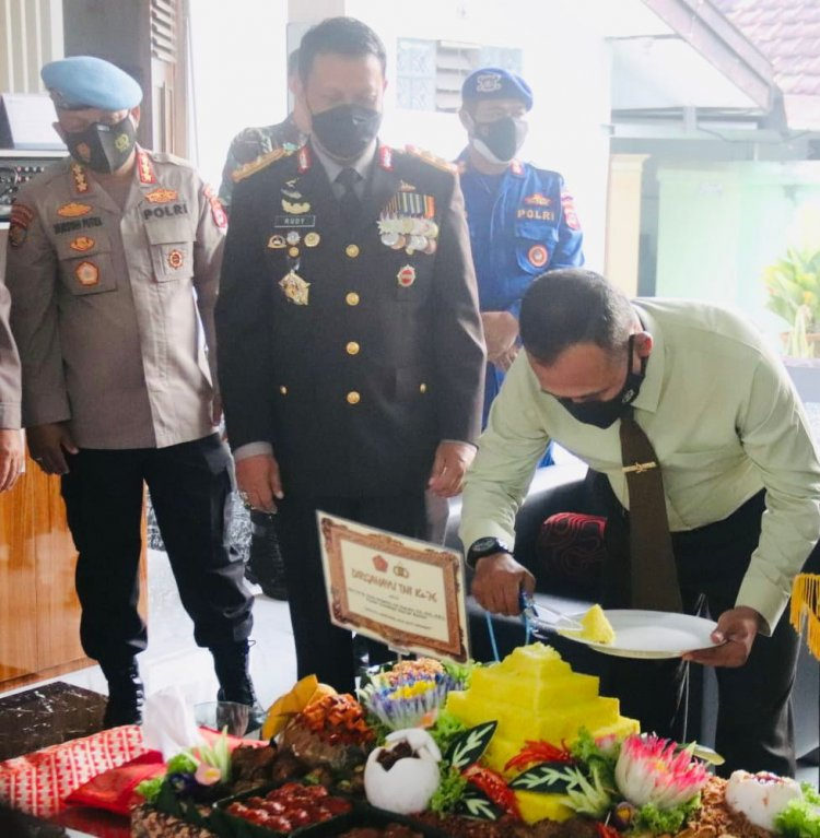 HUT TNI ke 76, Kapolda Banten Beri Kejutan Danrem 064/MY